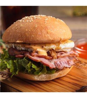 Cheeseburger mit Bacon & Ei im Brioche Brötchen, dazu Pommes