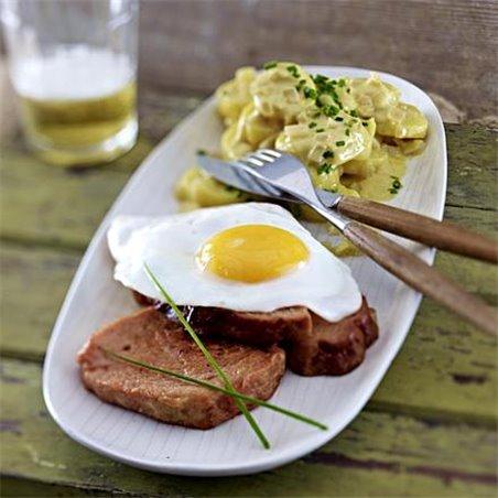 Gebratener Leberkäse mit Kartoffelsalat und Spiegelei, dazu Hausmacher-Senf