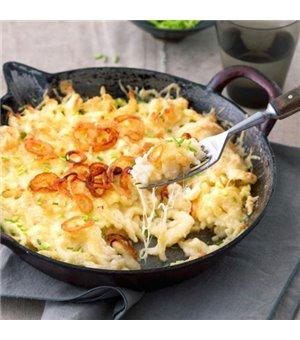 Allgäuer Käsespätzle mit drei Käsesorten und hausgemachten Röstzwiebeln